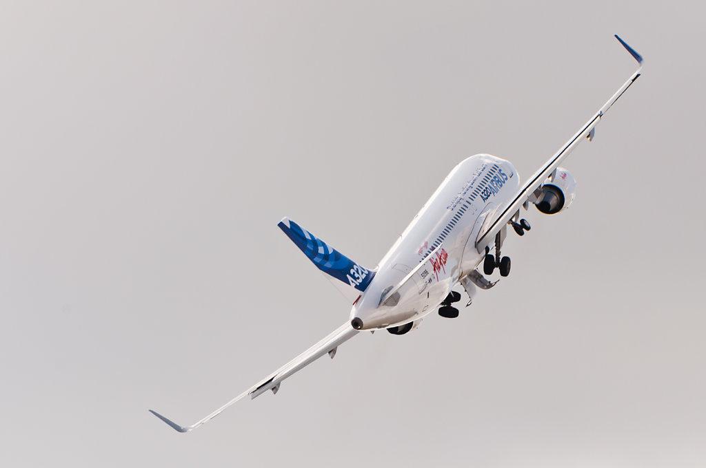F-WWIQ Airbus A320 sharklet ILA 2012 banking